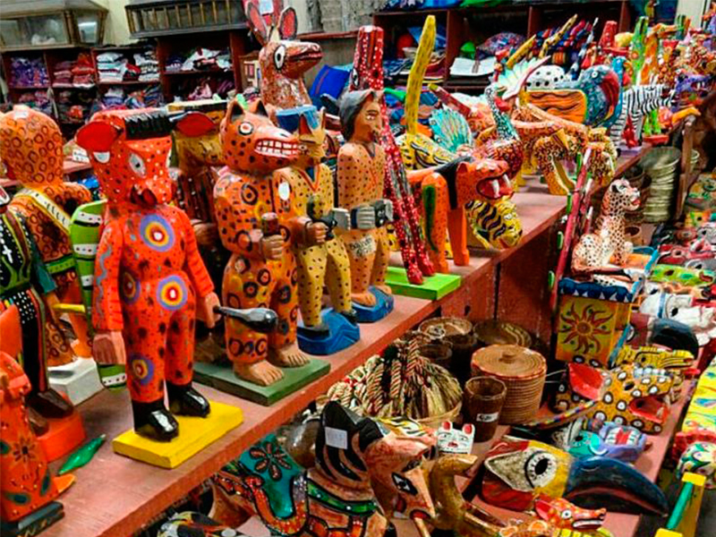 Artesanias-guatemaltecas-en-guatemala-around-antigua-guatemala-artesania-en-madera-v2