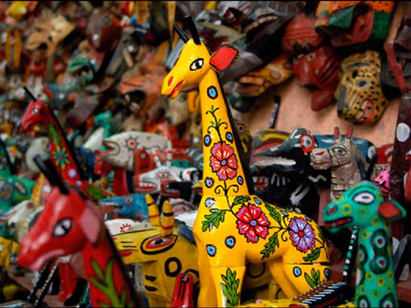 Artesanias-guatemaltecas-en-guatemala-around-antigua-guatemala-artesania-en-madera
