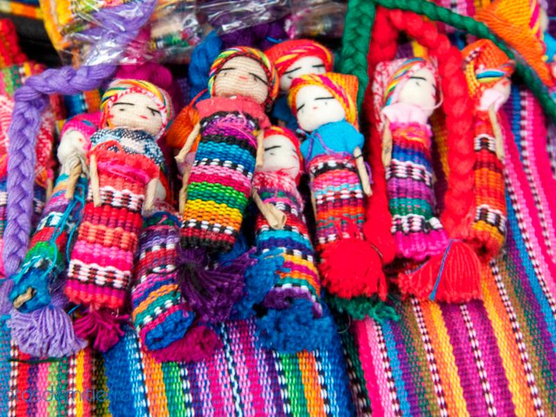 Artesanias-guatemaltecas-en-guatemala-around-antigua-guatemala-artesanias-en-tejido
