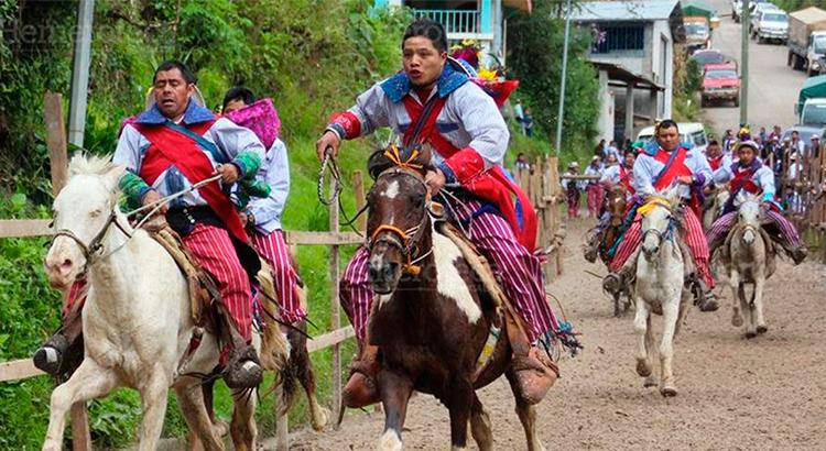 celebracion-del-dia-de-los-muertos-en-guatemala-primero-de-noviembre-guatemala-tradiciones-muy-vivas-muertos-antigua-guatemala-Around-Antigua-Guatemala-carrera-de-las-animas-caballos