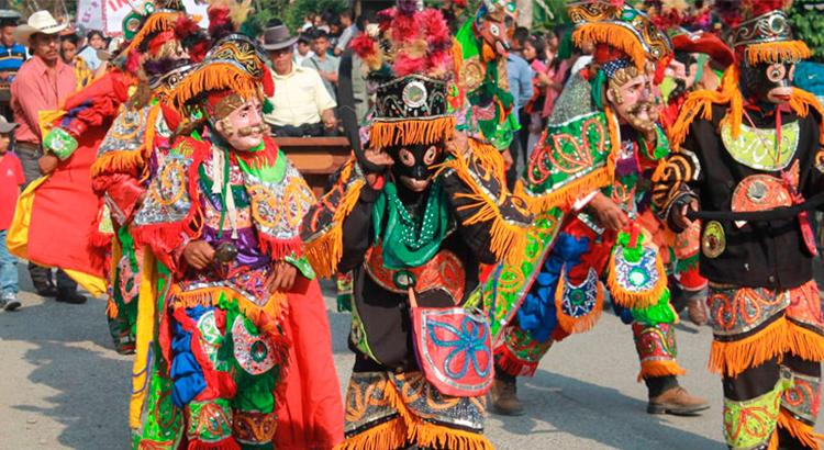 celebracion-del-dia-de-los-muertos-en-guatemala-primero-de-noviembre-guatemala-tradiciones-muy-vivas-muertos-antigua-guatemala-Around-Antigua-Guatemala-cofradias-baja-verapaz